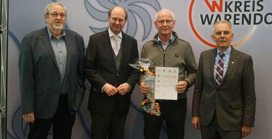 Ehrung für Manfred Mersmann vom TV Beckum: (v. l.) Laudator Wolfgang Krogmeier, Landrat Dr. Olaf Gericke, Manfred Mersmann und Ferdi Schmal, Präsident des Kreissportbunds Warendorf. Bild: Baumhjohann